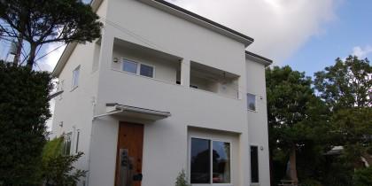 真っ白なシンプルスタイル外観&ナチュラルテイストの明るいリビングダイニングの家