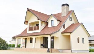 海を望む赤い屋根の家